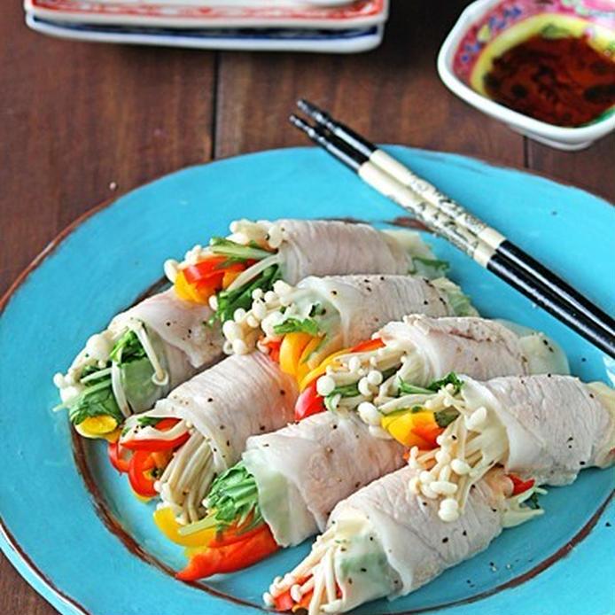 鮮やかな水色のお皿に盛りつけた豚肉の野菜巻き