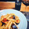 ワインと美味しい!ナスと豚バラ肉のトマトソースパスタ