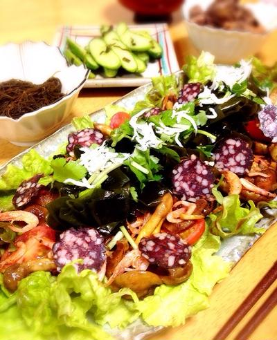 砂ワカメとサラミのサラダ。なめことトマトと桜海老のバター醤油炒め。