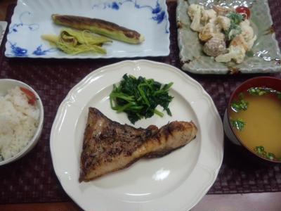 【献立】ワラサのカマ焼き、ほうれん草バターソテー、揚げじゃがマヨサラダ、網焼きベビーコーン、お味噌汁