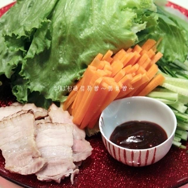 醤油麹豚豚バラのレタス包み、スパイシー花椒味噌添え。