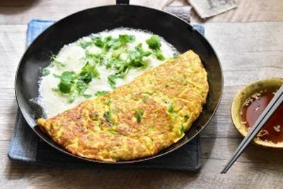 【macaroniレシピ部】ふわふわとろり。豆苗とろろのチーズディップオムレツ