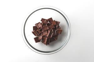 作り方<br><br>1、耐熱ボウルにチョコレートを割り入れる。