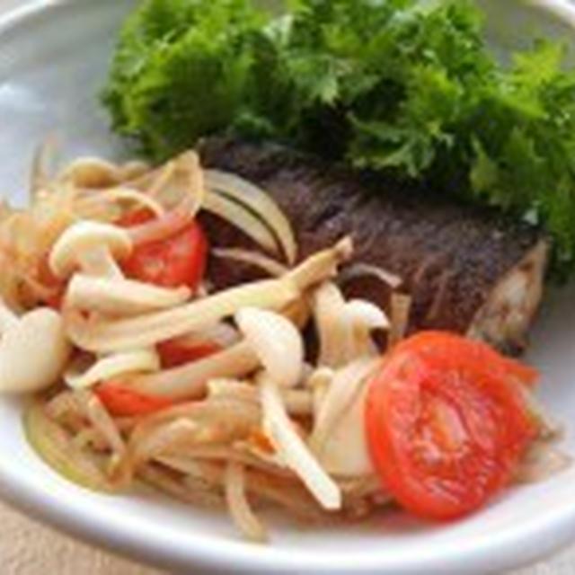 鯖とエノキの蒸し焼き。
