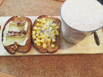 今朝の朝ごはん(≧∇≦)コーンパンとトマトバナナスムージー