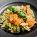 エビのフリットとブロッコリーのオーロラソース、バジルのクスクス添えのレシピ