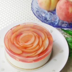 ピーチリキュールと白桃シロップで味付けしたクリームチーズケーキ。淡く色づいた白桃を敷き詰め、まるで大...