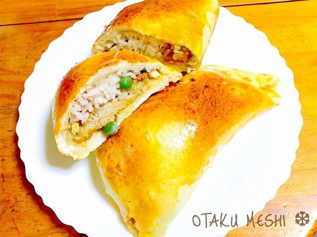 白いお皿にのったカツ丼ピロシキ