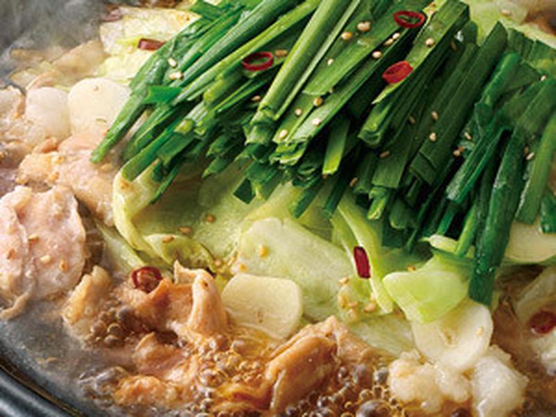 こってりとした牛モツとあっさり風味の鶏モツをバランスよく合わせた、「博多もつ鍋」。たっぷりの野菜に、...