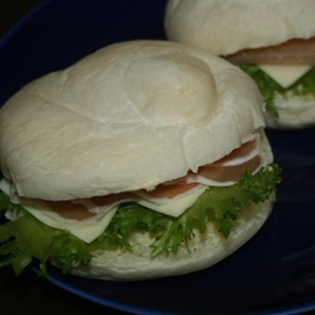 11月27日  白パンの生ハムチーズサンド&梅赤しそにぎり