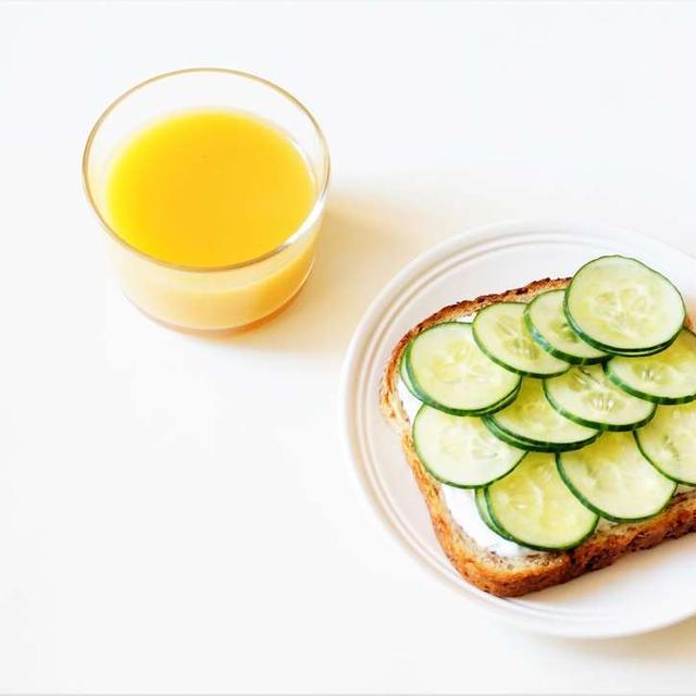きゅうりたっぷりのオープンサンド 5分で朝ごはんの時短レシピ