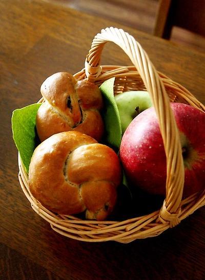 玄米黒糖レーズンパンとりんご&嬉しいお土産・・にゃ♪