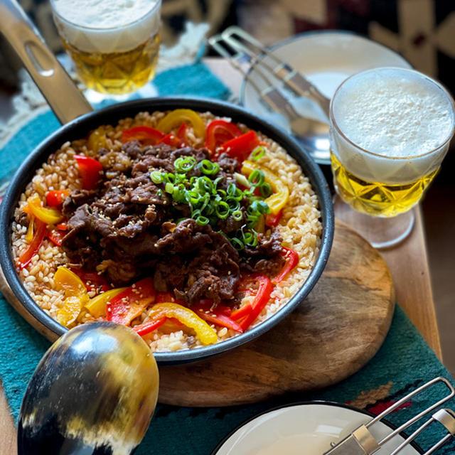 フライパンで作る!お肉の旨みにピリ辛、旨コク味な アウトドアな韓国風炊き込みご飯