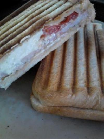 朝食 『ハムトマトガーリックチーズのホットサンド』