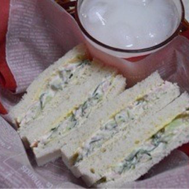 『クリームチーズを使ったキュウリとハムのサンドイッチ』