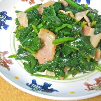 簡単&シンプルなのが美味しい〜ちぢみほうれん草とベーコンのクミン炒め。