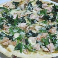 鮭とほうれん草のピザ