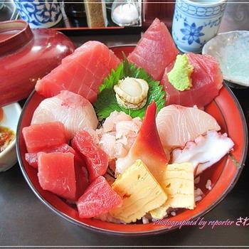 はみ出す海鮮丼!伊豆・伊東「魚河岸」ランチ定食は煮魚、焼魚、フライ、刺身、丼 各1100円(税込