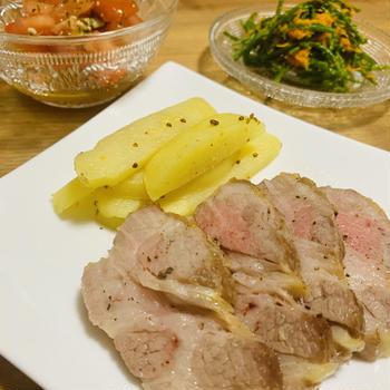 豚肩ロースのグリル、トマトバジルサラダ、シーアスパラガスの人参和え 【15分レシピ】