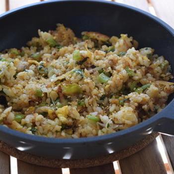 家庭料理の多くは「名もなきパパ料理」。家にあるモノで作る料理。そして、パパ料理のモットーは「楽しく作る」。大根の葉で「だいたいチャーハン」ができました。