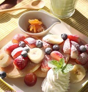 フルーツたっぷりパンケーキの朝食