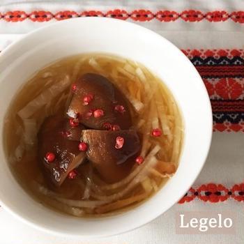 シンプル♪干しシイタケと大根のスープ ピンクペパー添え