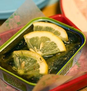 超簡単おつまみ♪「オイルサーディンのレモンハーブ焼き」