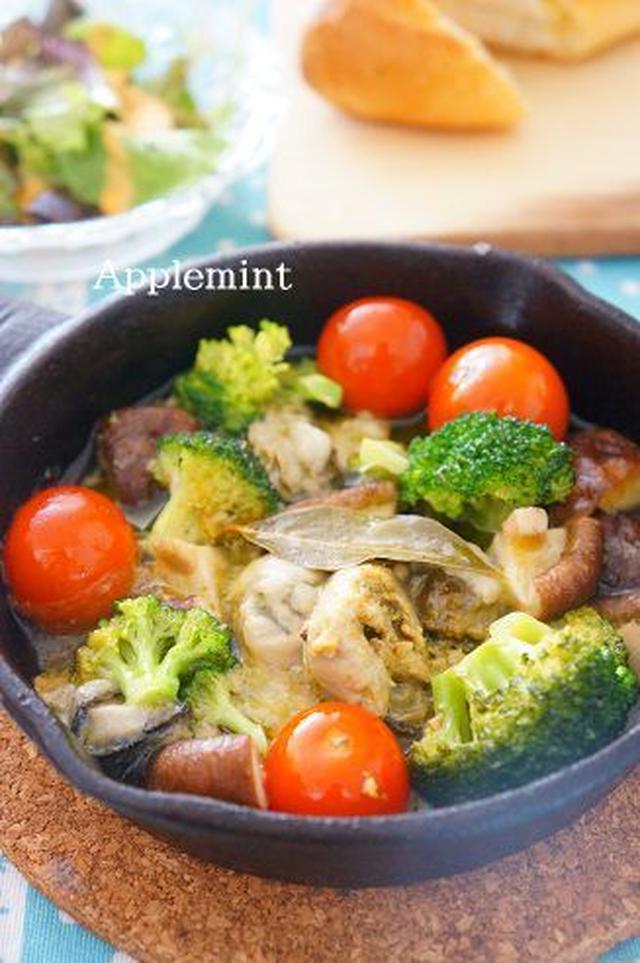 スキレットに盛られた、牡蠣とトマトのアヒージョ