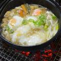 炭火で作る『山芋・卵入り山菜うどん』