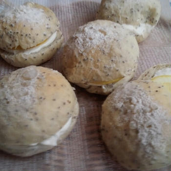 チアシード入りの塩丸パン(レモンヨーグルトクリーム)