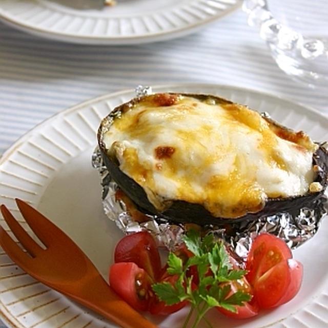 アボカドと鮭の味噌マヨチーズ焼き