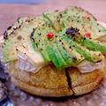 焼きアボカドとカマンベールチーズのイングリッシュマフィン