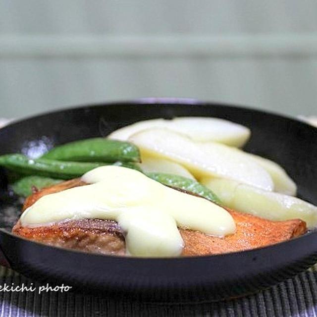 丸型パンで「サーモンのチーズステーキ」&正月のなごり「小桜の甘辛煮」