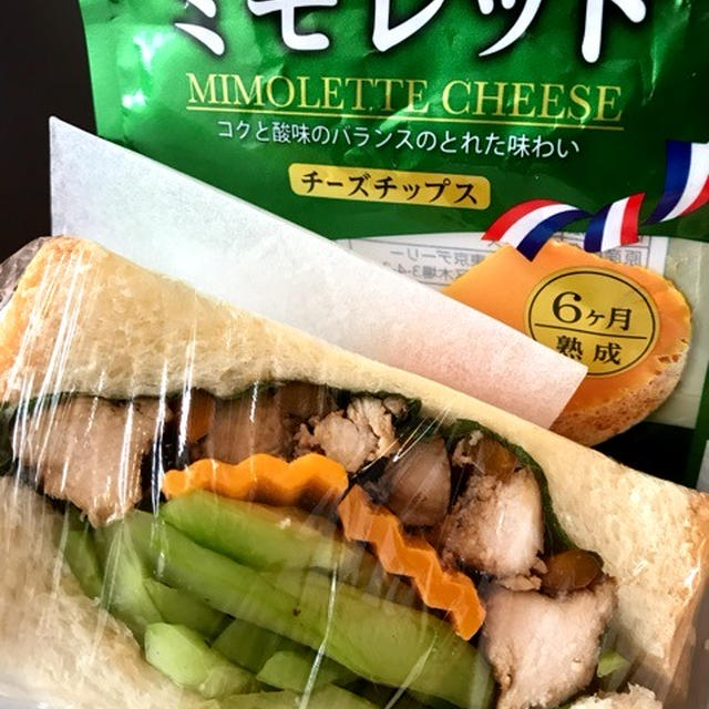 鶏ムネ肉の紅茶煮とミモレットのサンドイッチ