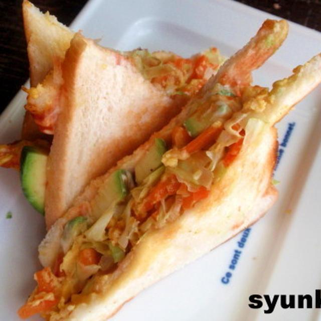 【簡単!!カフェサンド】野菜まみれのオムレツとアボカドのサンドイッチ