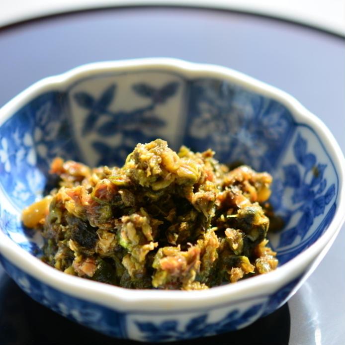 和食器に盛られたふきのとうの佃煮