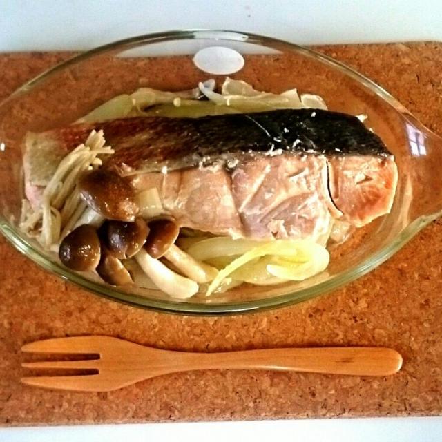 鮭と玉ねぎの塩麹バター蒸し
