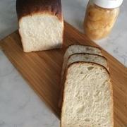 桃の酵母の食パンでサンドイッチ