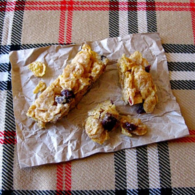 コーンフレークとレーズン、クランベリーのバー(バター、卵不要)。