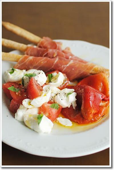 サンダニエーレ産生ハムを巻いたグリッシーニ、カプレーゼ、ペペロナータの超簡単前菜盛り合わせ