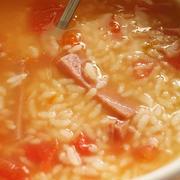 【トマトとスパムのおかゆ】手軽で胃にもやさしく朝食にピッタリ!