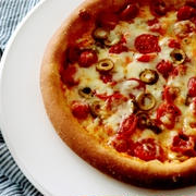 やばし!魅惑のハリッサ・・トマトとオリーブのピザ♪