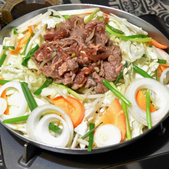 ジンギスカン鍋で焼いている焼き肉のタレでジンギスカン