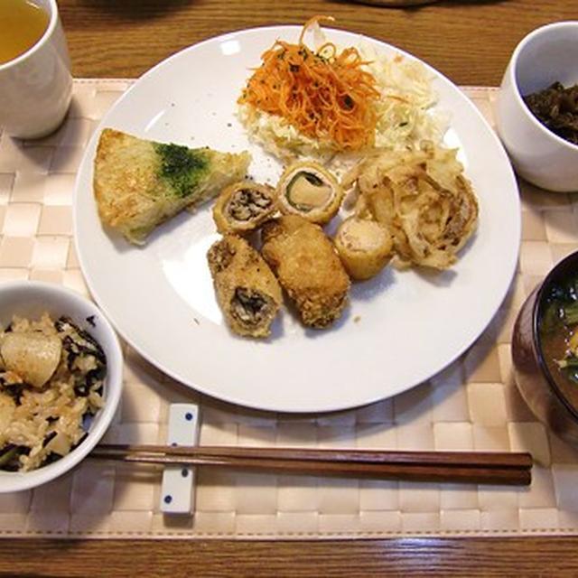 椎茸豚肉ロールフライ&高野豆腐甘辛ロールフライ&人参のサラダ&里芋とヒジキの炊き込みご飯の定食♪