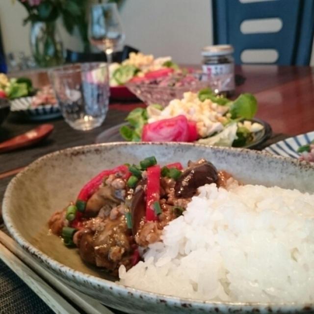 麻婆ナス丼とコンビーフとオクラの和え物の夕食