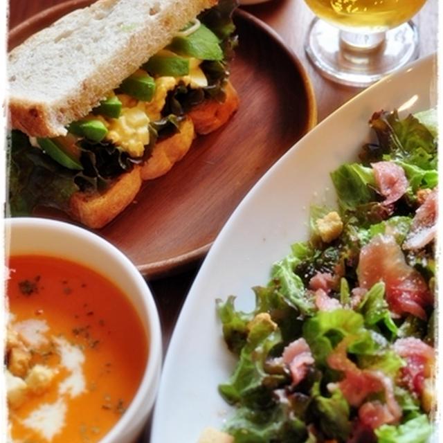 おうちご飯~赤パプリカのポタージュとアボカド卵サンドイッチとイカキムチ納豆丼~