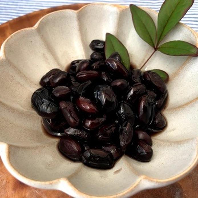 花型の和皿に盛り付けた黒豆