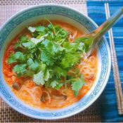 包丁要らず☆フライパン一つでパクチー&しめじの南国風ピリ辛☆豆乳春雨スープ
