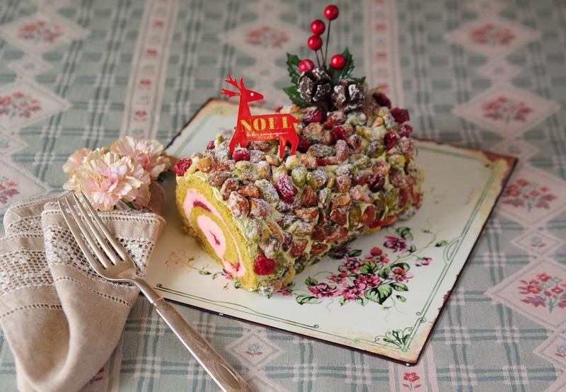 クリスマスの定番・ブッシュドノエルが赤×緑のクリスマスカラーに♪<br>ピスタチオのロール生地で、甘...
