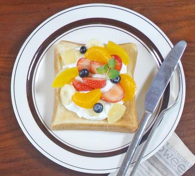 暑さを忘れる ひんやりスイーツな史上最高トースト!フルーツたっぷりデコトースト